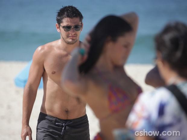 Marquezine e Gissoni na praia  (Foto: Pedro Curi / TV Globo)