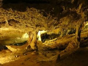 A Cova de Can Marca é um conjunto de grutas iluminadas por lâmpadas coloridas (Foto: Philipe Verdan/Vc no G1)