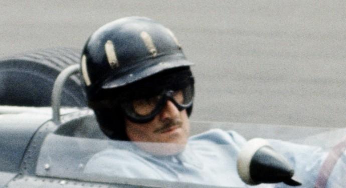 O capacete preto com detalhes em branco de Graham Hill marcou época na F-1 (Foto: Getty Images)