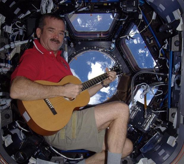 O astronauta canadense Chris Hadfield posa com um violão a bordo da Estação Espacial Internacional (Foto: Reprodução/Twitter)