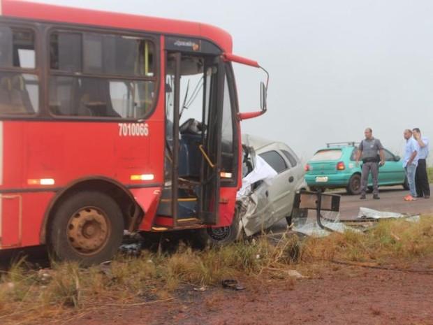 Carro ficou destruído; sete pessoas ficaram feridas e motorista morreu (Foto: Vector News/Arquivo Pessoal)