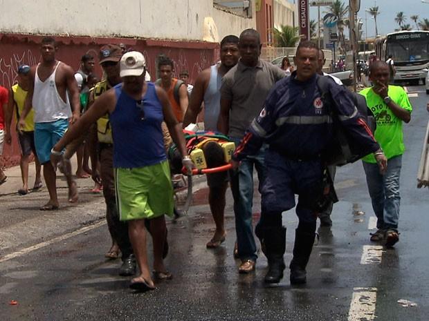 Populares e agentes do Samu ajudaram no resgate do motociclista que acabou se envolvendo em outro acidente, ao observar a batida entre os veículos. (Foto: Imagens/Tv Bahia)