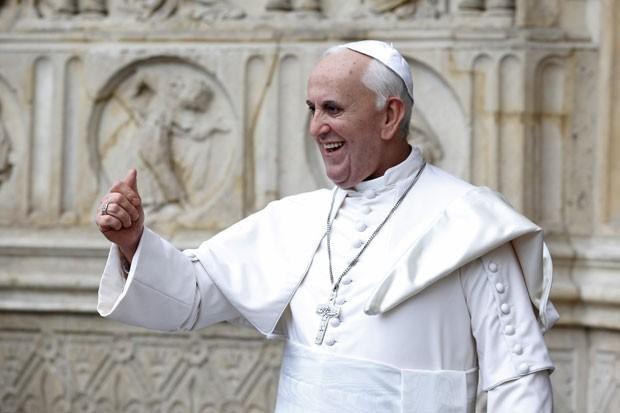 Estátua de cera do Papa Francisco é apresentada em frente à Catedral de Notre Dame, em Paris, nesta quinta-feira (2) (Foto: Charles Platiau/Reuters)