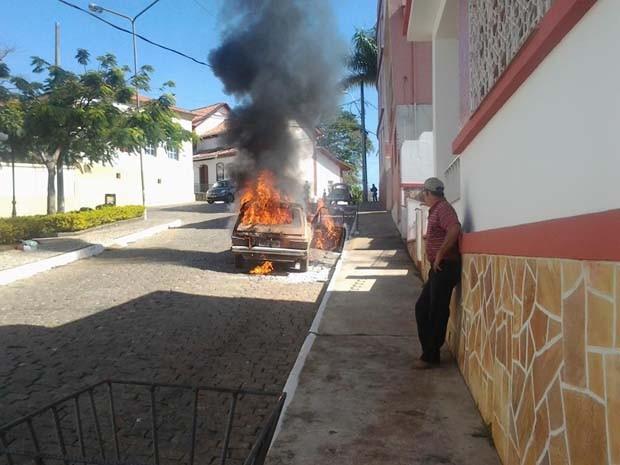 Carro pega fogo no Centro de Perdões (Foto: Nei Anderson Machado)