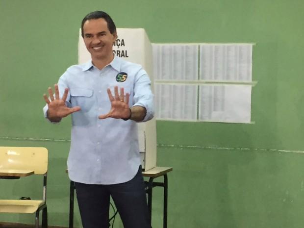 Marquinhos Trad vota em escola particular de Campo Grande (Foto: Dyego Queiroz/ TV Morena)