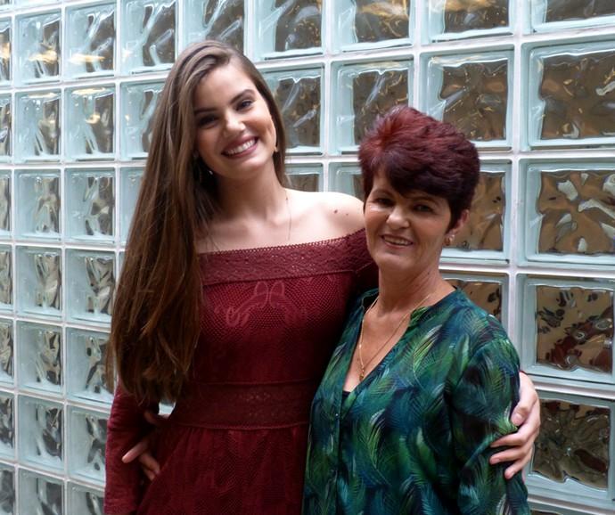 Camila Queiroz posa ao lado da mãe, Eliane (Foto: Cristina Cople / Gshow)