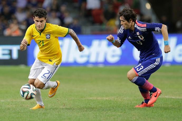 Philippe Coutinho e Hajime Hosogai, Brasil x Japão (Foto: AP)