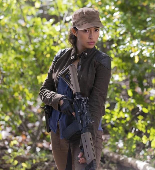 Christian Serratos em The Walking Dead como Rosita (Foto: Divulgação)