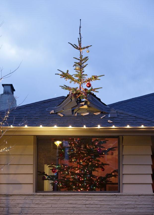 Patrick Kruger usou dois pedaços para criar a ilusão de que árvore quebra o telhado (Foto: Elaine Thompson/AP)