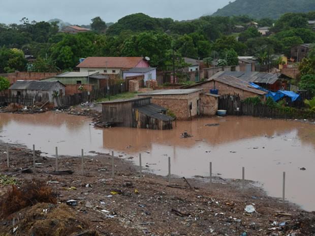 Parte das residências ficou submersa no antigo lixão do Santo André. (Foto: Joab Ferreira/G1)