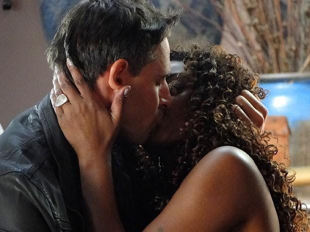 Élcio pega Julinha de jeito e tasca o maior beijaço (Foto: Salve Jorge/TV Globo)