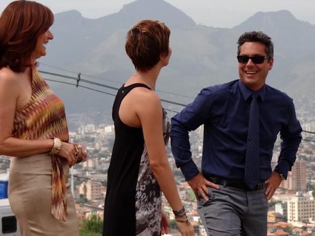 Zeze e Dani se divertem com Alexandre Nero durante as gravações (Foto: Salve Jorge/TV Globo)