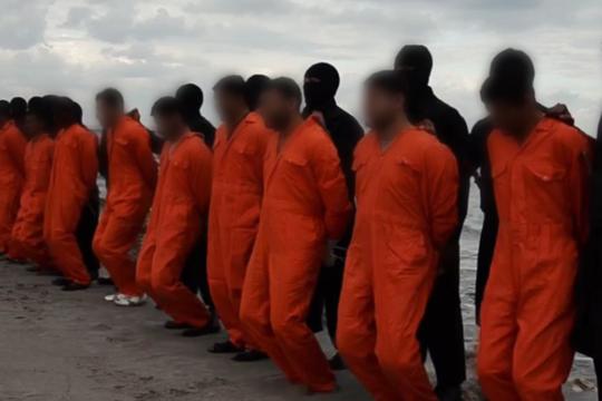Vídeo divulgado pelo Estado Islâmico mostra egípcios enfileirados antes da execução (Foto: Reprodução )