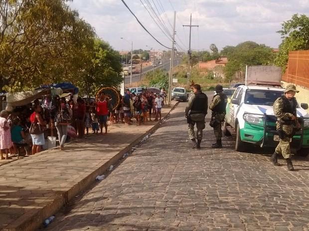 Movimentação de parentes de detendo e policiais é intensa (Foto: Fernando Brito/G1)