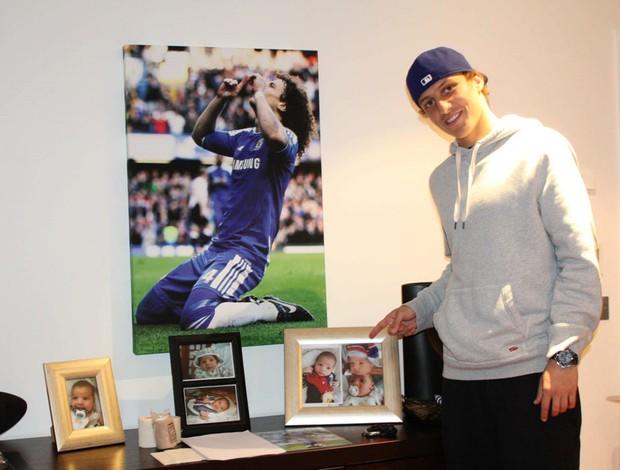 David Luiz ao lado de fotos do sobrinho e quadro do Chelsea (Foto: Fellipe Arnold / Globoesporte.com)
