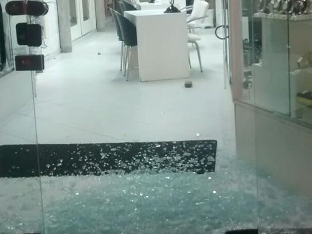 Ótica foi vandalizada por dupla, diz polícia (Foto: Divulgação)