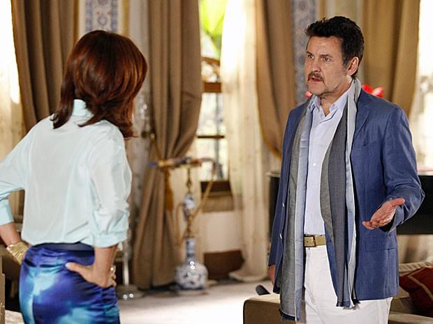Mustafa não fala a verdade a Berna sobre a noite na boate (Foto: Salve Jorge/TV Globo)