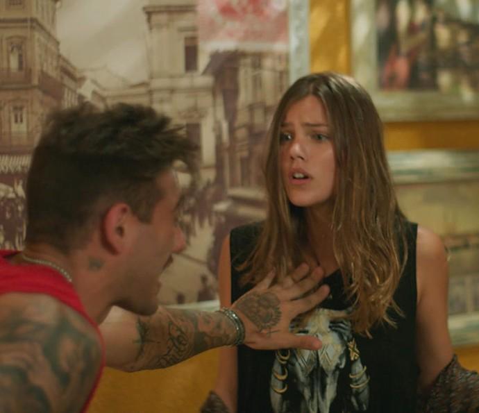 Mesmo com tanta confusão, Alina e Uodson tiram tempo para brigar (Foto: TV Globo)