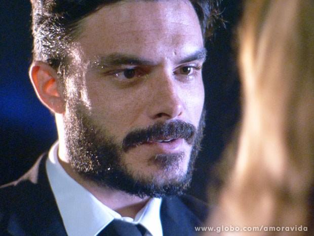 Maciel finalmente toma coragem e olha apaixonado para Pilar (Foto: Amor à Vida/TV Globo)
