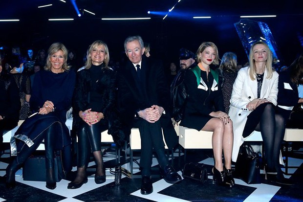 Left to right: Brigitte Macron, Hélène Arnault and her husband LVMH CEO Bernard Arnault, Léa Seydoux and Louis Vuitton's executive vice president, Delphine Arnault at Louis Vuitton's autumn/winter 2017 show in Paris (Foto: GETTY)