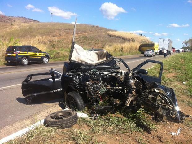 Carro de passeio ficou destruído em acidente no Km 368 da BR-116, perto de Frei Inocêncio. (Foto: Diego Souza / G1)