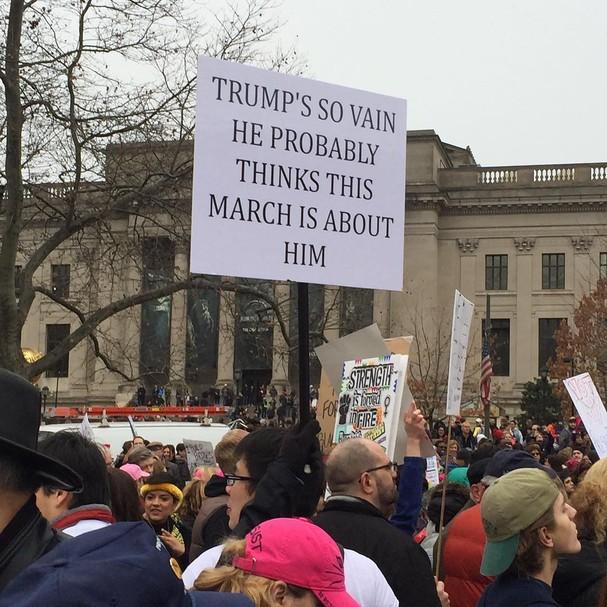 """O cartaz foi inspirado na música 'You're so vain"""", de Carly Simon. """"Trump é tão vaidoso que deve achar que essa manifestação é por causa dele""""  (Foto: Reprodução/ Instagram)"""