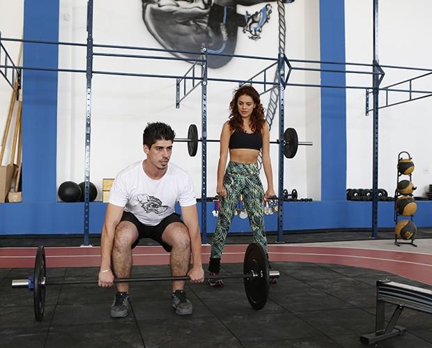 Atriz observa atentamente as orientações do personal trainer Danilo Cezar (Foto: Artur Meninea/ TV Globo)