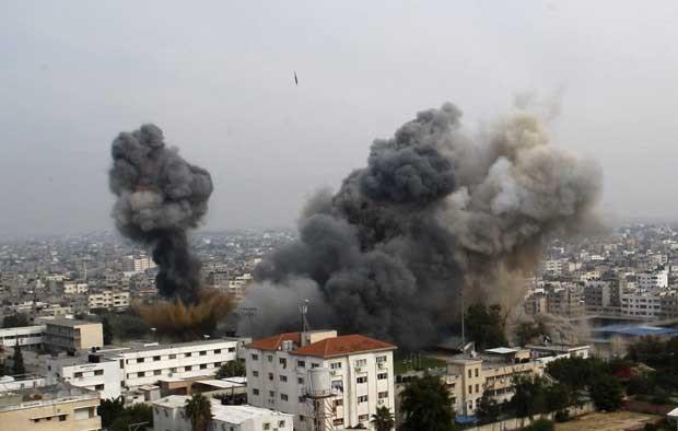 Explosão de um ataque aéreo atinge a Cidade de Gaza nesta quarta-feira (21) (Foto: AP)