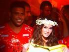 Megan Fox vê desfiles na Sapucaí e é tietada por Ronaldo e Santoro