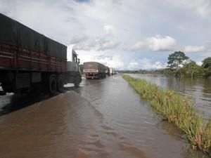 Moradores pegaram carona para passar pela BR-364, onde já está permitido o tráfego de caminhões (Foto: Nilce Souza Magalhães/Arquivo Pessoal)