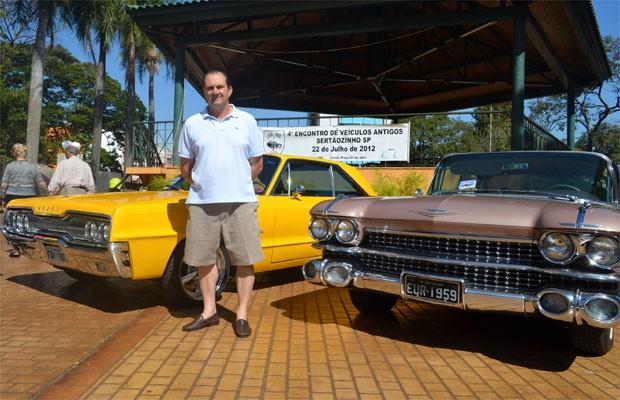 O colecionador Luiz Borges entre o Dodge Polara 1966 e o Cadillac 1959 (Foto: Clayton Castelani/ G1)