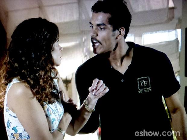 Juliana discute com o marido e ele mostra sua força  (Foto: Em Família / TV Globo)