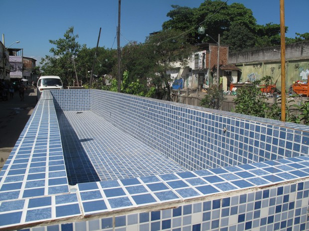 Área de lazer de traficantes do Jacarezinho tem piscina azulejada do tamanho de um ônibus (Foto: Alba Valéria Mendonça/ G1)