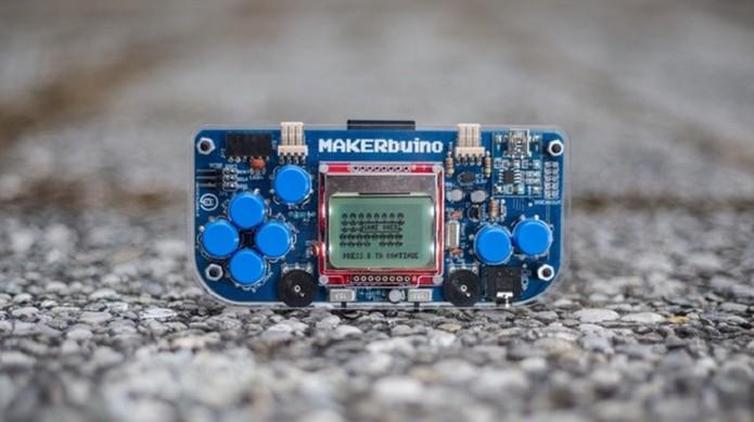 Gadget também tem modo multiplayer e é um jeito divertido de aprender a programar (Foto: Divulgação/Makerbuino)