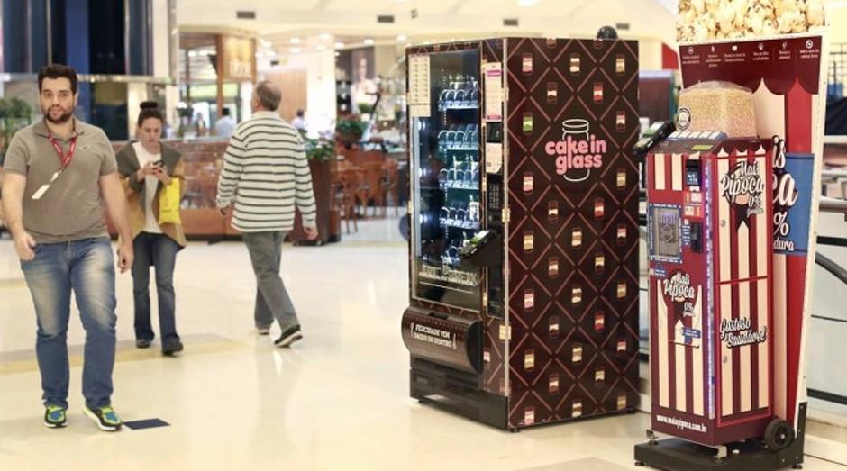 Vai um lanchinho? Máquinas automáticas que vendem pipoca e bolo no Shopping Villa Lobos  (Foto: Edilson Dantas / Agência O Globo)