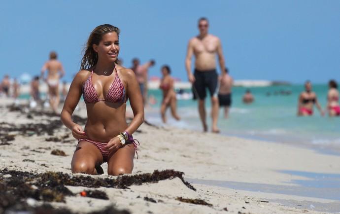 Sylvie Van Der Vaart em praia de Miami (Foto: Splash News)
