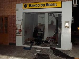 Estrago foi grande nas agências do Banco do Brasil e Bradesco, detonadas em Grossos (RN) (Foto: Gelli Maia)
