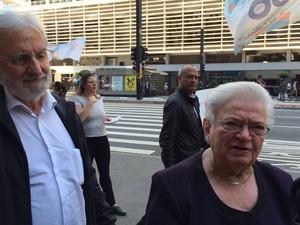 Ivan Valente e Erundina fazem campanha na Avenida Paulista (Foto: Vivian Reis/G1)