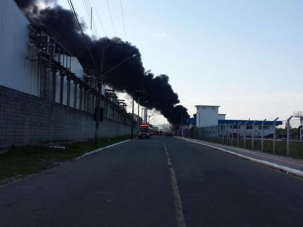 Incêndio começou por volta das 15h30, em Itajaí (Foto: Natan Messias/RBS TV)