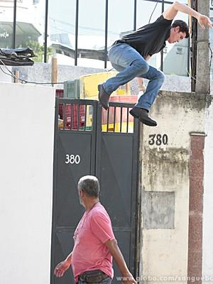 Tito pula o muro e corre dos policiais (Foto: Sangue Bom / TV Globo)