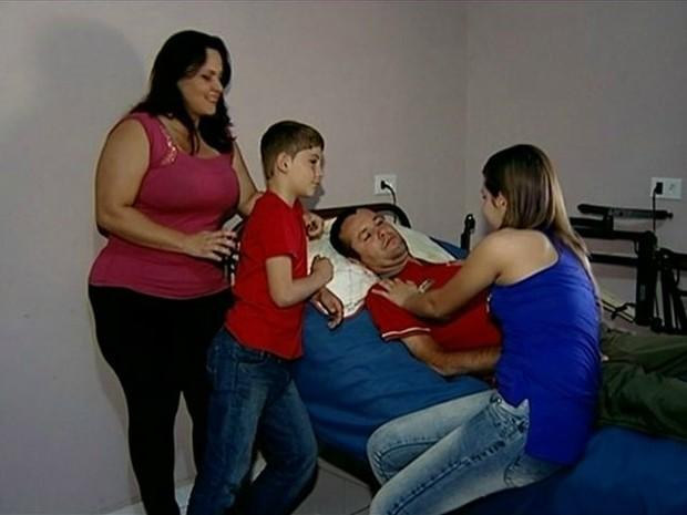 Enquanto aguarda tratamento, Afonso conta com o apoio da família (Foto: Reprodução/TV Gazeta)