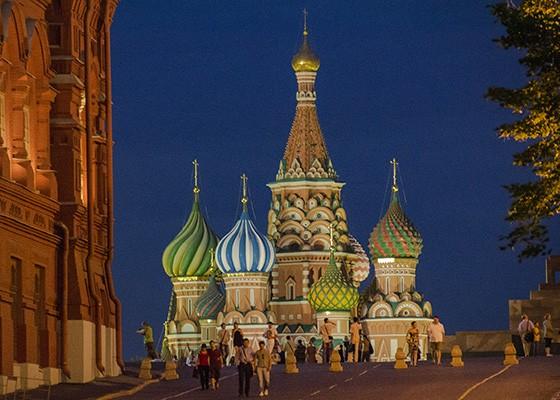 Torre central e algumas das cúpulas da Catedral de São Basílio iluminadas ao anoitecer (Foto: © Haroldo Castro/ÉPOCA)