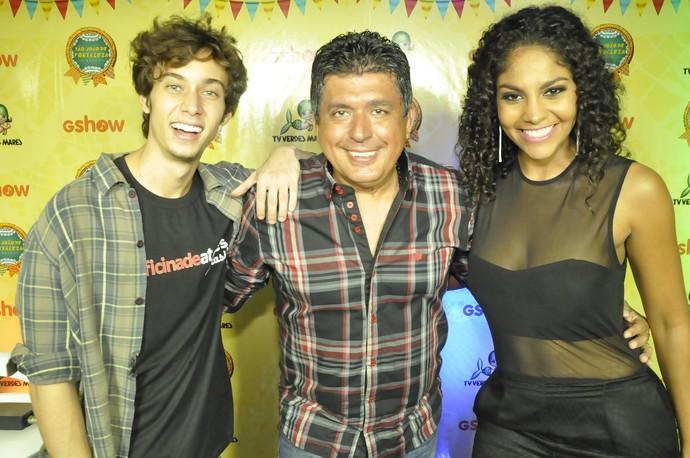 O ator Guilherme Hamacek, o radialista Tony Nunes e a atriz Barbara Reis estão comandando o palco do São João de Fortaleza. (Foto: Allyson Pontes / TV Verdes Mares)