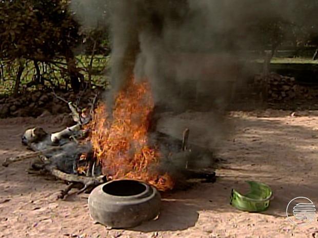 Manifestantes queimaram pneus para impedir passagem de veículos (Foto: Reprodução/TV Clube)