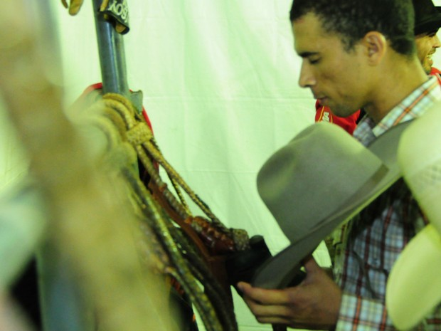 Peão faz sua oração antes de entrar na arena do Rodeio de Jaguariúna (Foto: Raul Pereira/G1)