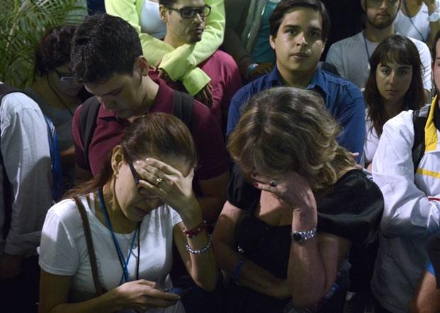 Partidário de Henrique Capriles choram sua derrota neste domingo (14) em Caracas, capital da Venezuela (Foto: AFP)