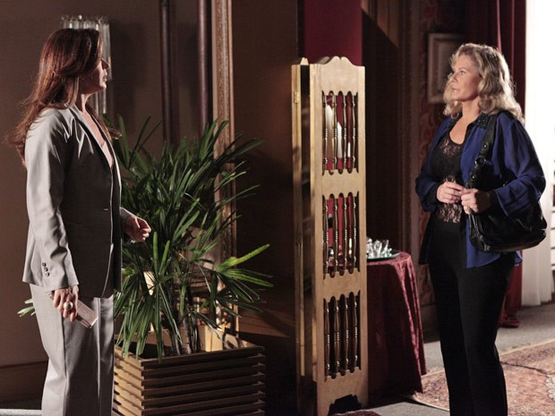 Lívia não gosta nadinha de ver Irina no hotel e toma aquele susto (Foto: Salve Jorge/TV Globo)