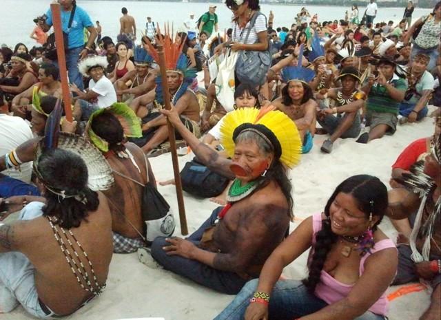 Cacique Raoni participa de desenho humano na areia da praia do Flamengo (Foto: Glauco Araújo/G1)