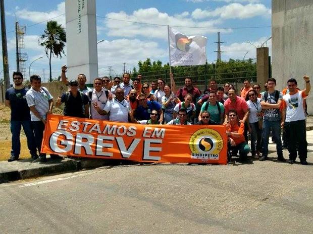 Petroleiros se concentram na frente da Lubnor, no Bairro Mucuripe, em Fortaleza (Foto: Sindipetro/Divulgação)