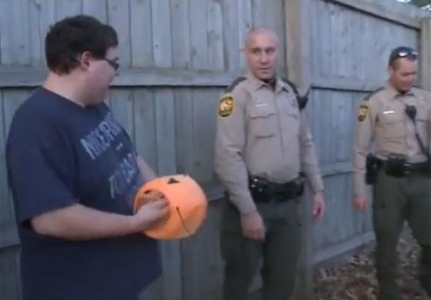 Polícia conseguiu capturar o animal e retirar o objeto (Foto: Reprodução/YouTube/Fox 8 News Cleveland)